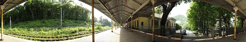 Перрон железнодорожного вокзала