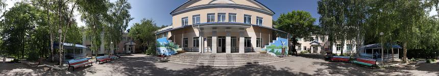 Перед главным зданием